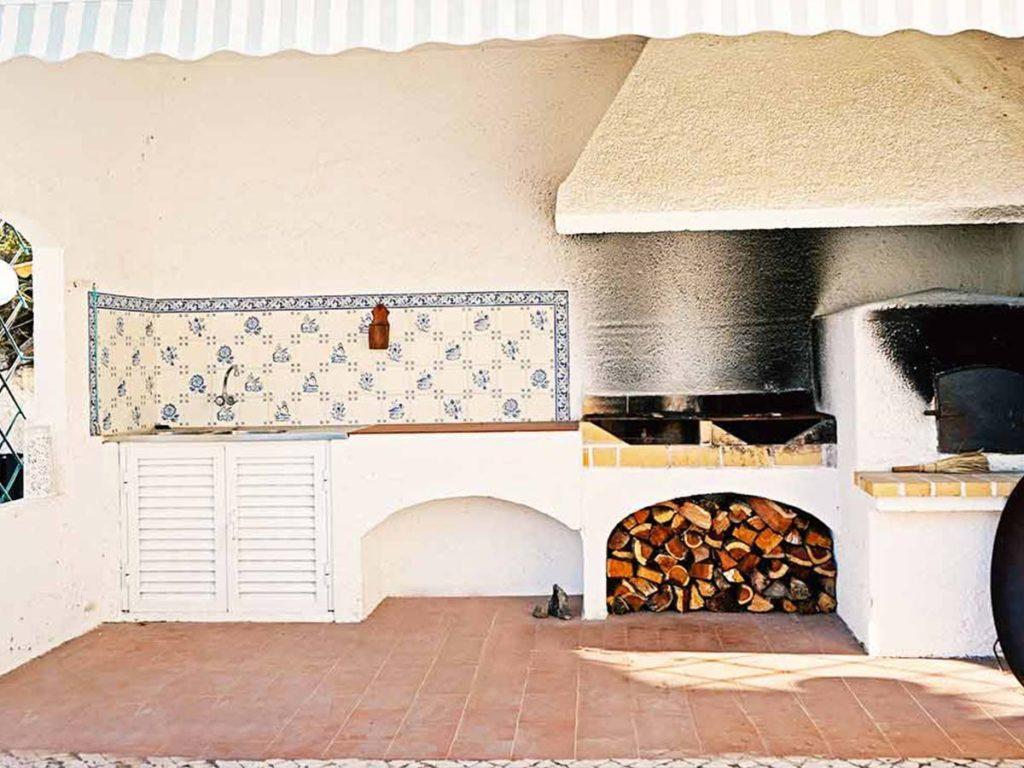 Das Surfcamp in Portugal mit Pizza-Ofen und Außenküche